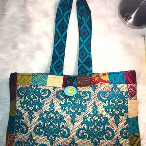 African prints carry bag with beautiful colors.
